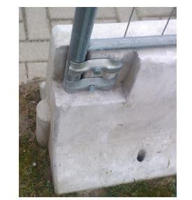 Työmaan teräsaita betonikaiteeseen